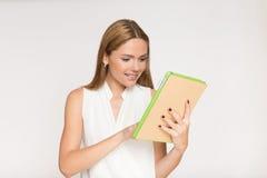 Empresaria sonriente joven con la tableta Foto de archivo libre de regalías