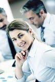 Empresaria sonriente que assiste a la reunión Foto de archivo