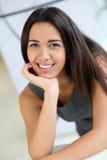 Empresaria sonriente que assiste a la reunión Imágenes de archivo libres de regalías