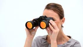 Empresaria sonriente que mira a través de los prismáticos almacen de metraje de vídeo