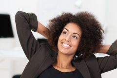 Empresaria sonriente que sonríe como ella se relaja imagen de archivo libre de regalías