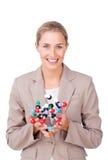 Empresaria sonriente que sostiene una molécula Fotos de archivo libres de regalías
