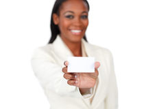 Empresaria sonriente que sostiene una tarjeta blanca Fotografía de archivo