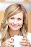 Empresaria sonriente que sostiene una taza de café Imágenes de archivo libres de regalías