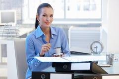 Empresaria sonriente que tiene descanso para tomar café Fotografía de archivo