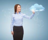 Empresaria sonriente que trabaja con la pantalla virtual Imagen de archivo