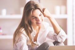 Empresaria sonriente que usa el ordenador portátil foto de archivo