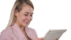 Empresaria sonriente que usa una tableta en el fondo blanco almacen de metraje de vídeo