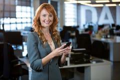 Empresaria sonriente Using Cellphone fotos de archivo libres de regalías