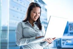 Empresaria sonriente Using Laptop imagen de archivo