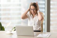Empresaria sorprendida que grita con la cabeza en manos Fotos de archivo