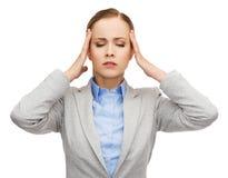 Empresaria subrayada que tiene dolor de cabeza foto de archivo libre de regalías