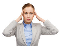 Empresaria subrayada que tiene dolor de cabeza imagen de archivo