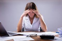 Empresaria Suffering From Headache foto de archivo libre de regalías