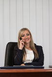 Empresaria Talking On Telephone y ordenador con Fotos de archivo libres de regalías