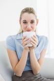 Empresaria tranquila magnífica que sostiene una taza que huele una taza Fotos de archivo libres de regalías