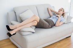 Empresaria tranquila que miente en el sofá Foto de archivo