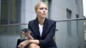 Empresaria trastornada con el mensaje en el smartphone, problemas en el trabajo, depresión almacen de video