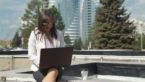 Empresaria Typing en un aire libre del ordenador port?til almacen de metraje de vídeo