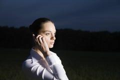 Empresaria Using Cellphone In la oscuridad foto de archivo libre de regalías