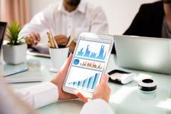 Empresaria Using Digital Tablet con los gráficos en la pantalla fotos de archivo