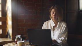 Empresaria Using Laptop en un café almacen de metraje de vídeo