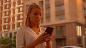 Empresaria Using Smartphone Outdoors metrajes