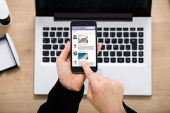 Empresaria Using Social Network en el móvil foto de archivo libre de regalías