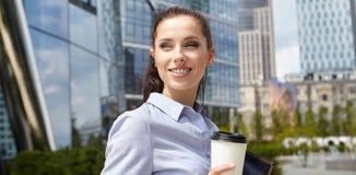 Empresaria Walking On Street que sostiene el café imagenes de archivo