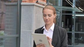 Empresaria Walking y tableta con, hojeando en línea almacen de video