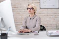 Empresaria Working con PC en oficina moderna fotos de archivo libres de regalías
