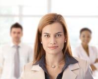 Empresaria y colegas en oficina Imagen de archivo