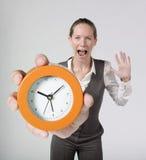 Empresaria y reloj de alarma emocionados Foto de archivo