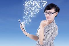 Empresaria y tableta digital con las letras del vuelo Fotos de archivo libres de regalías