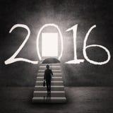 Empresaria y una puerta brillante con los números 2016 Fotografía de archivo