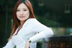 Empresarias asiáticas jovenes Imágenes de archivo libres de regalías