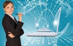 Empresarias con la pluma y los ordenadores portátiles Fotos de archivo