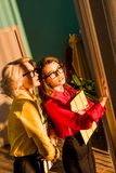 empresarias diseñadas retras atractivas en blusas coloridas con las carpetas que miran la ventana imagen de archivo libre de regalías