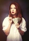 Empresarias en la camisa blanca con el dinero Foto de archivo libre de regalías