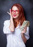 Empresarias en la camisa blanca con el dinero Imagen de archivo libre de regalías