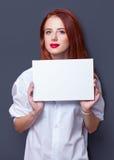 Empresarias en la camisa blanca con el tablero Fotografía de archivo libre de regalías