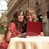 Empresarias felices con el lll del ordenador portátil Foto de archivo libre de regalías