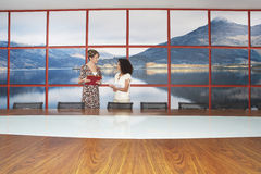 Empresarias que hablan en sala de conferencias moderna foto de archivo libre de regalías