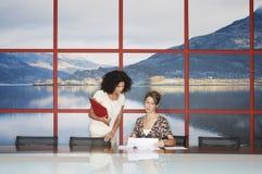 Empresarias que hablan en sala de conferencias moderna fotografía de archivo