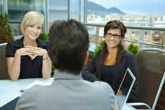 Empresarias que hablan en terraza Imagen de archivo