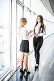 Empresarias que tienen reunión informal en oficina moderna Foto de archivo