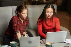 Empresarias que trabajan en la computadora portátil foto de archivo libre de regalías