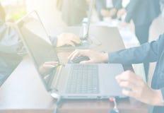 Empresarias que usan el ordenador portátil moderno Imagen de archivo