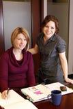 Empresarias sonrientes imagen de archivo libre de regalías