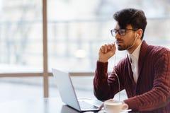 Empresario ambicioso joven durante la llamada video imagenes de archivo